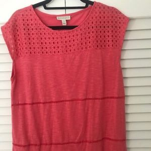 Woman's no sleeve top
